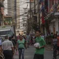 Pandemia impulsa tasa de desempleo en Brasil a récord de 14,4%